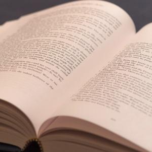 Buch, aufgeschlagen